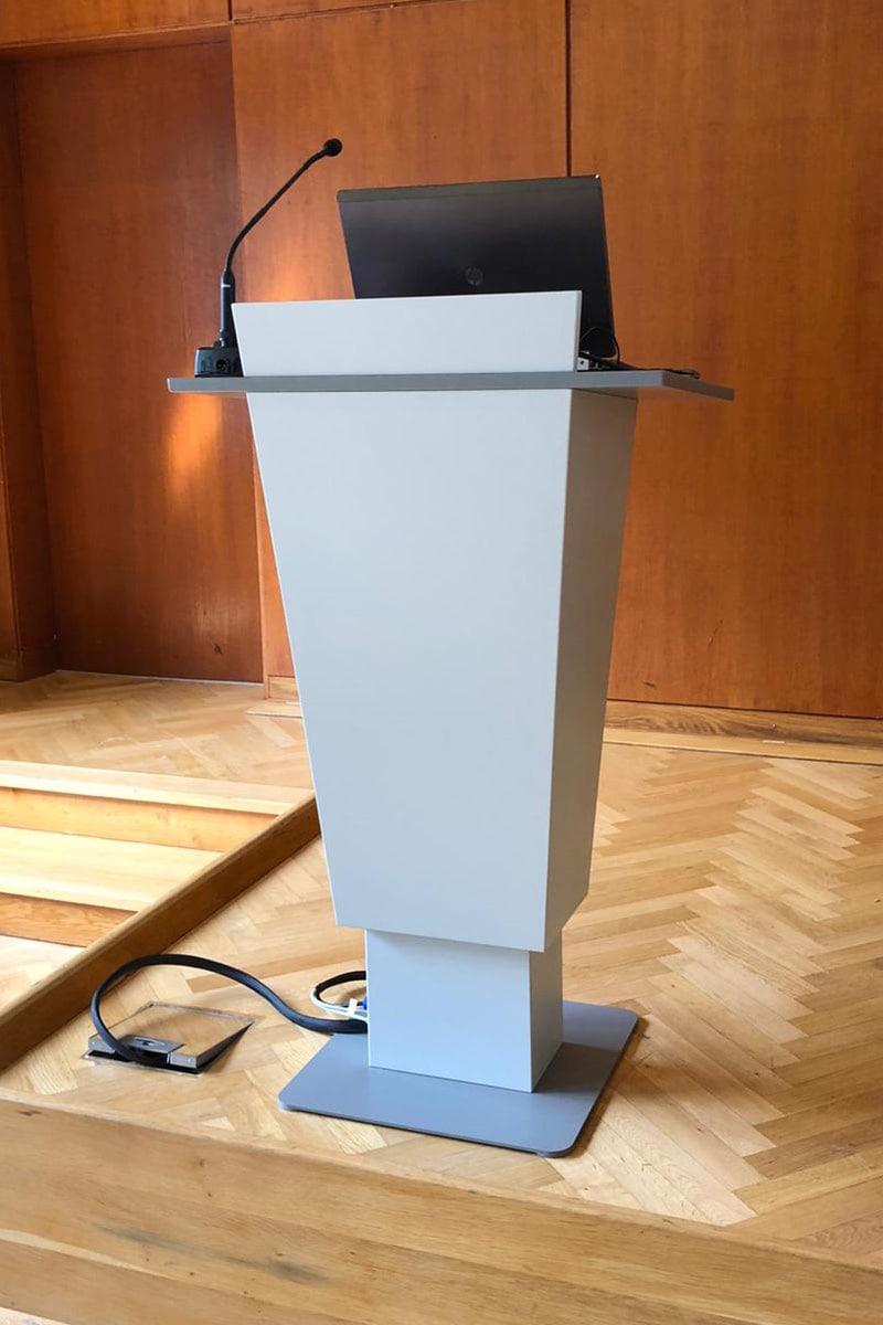 Eigenentwicklungen, Höhenverstellbares Rednerpult, Rednerpult für Veranstaltungen und Präsentationen, Rednerpult mit integrierter Technik, Ansicht schräg vorne