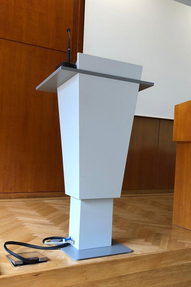 Eigenentwicklungen, Höhenverstellbares Rednerpult, Rednerpult für Veranstaltungen und Präsentationen, Rednerpult mit integrierter Technik, Ansicht seitlich