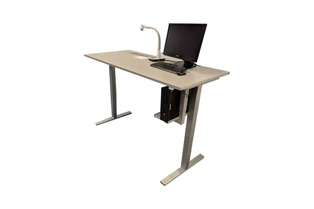 Toplak Desk, Elektrisch höhenverstellbares Tischsystem mit eingebauter Medientechnik, Ansicht schräg seitlich, Hintergrund weiß