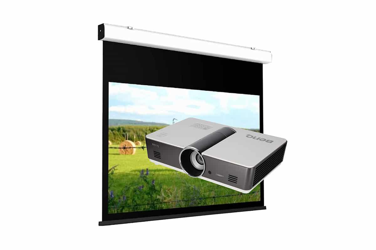 Medientechnik, Seminartechnik, Leinwände & Beamer, Foto von Leinwand mit Beamer, Hintergrund weiß