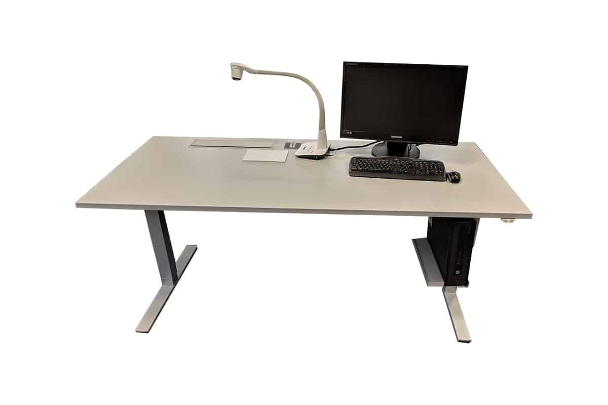 Toplak Desk, Höhenverstellbares Tischsystem mit Medientechnik, Ansicht von vorne, Hintergrund weiß